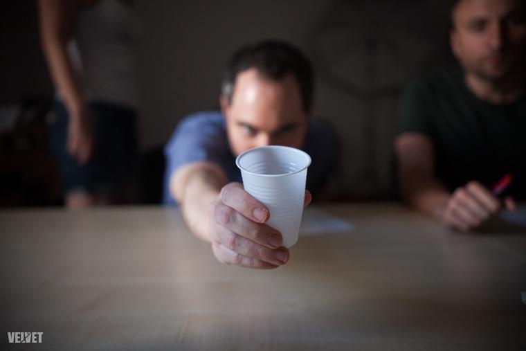 Mivel tesztelőink ilyen műanyagpoharakban kapták meg az italokat, tényleg nem tudhatták, mit fogyasztanak éppen