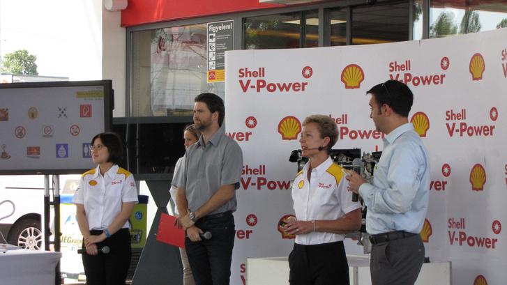 A két céges-inges hölgy a Shell üzemanyag-mérnöke, középen Bakó Csaba, aki Kiss Norbinak volt a versenymérnöke, tehát kvázi kamion-európabajnok. Ő is mesélt nekünk a modern motorokkal kapcsolatos kihívásokról