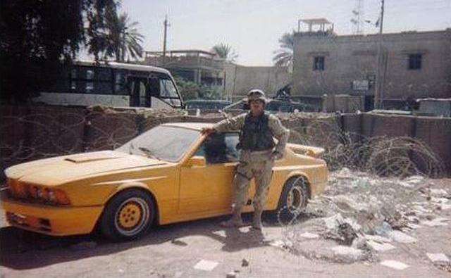 Amerikai katona pózol Udaj Gemballa tuningos BMW 635CSi-jével
