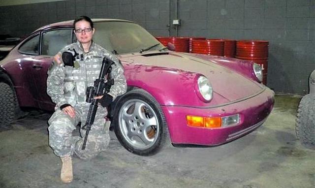 Katonanő póza és Uday rózsaszín Porschéja