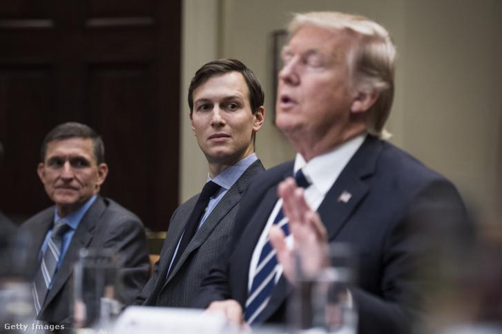 Az orosz kapcsolatai miatt már lemondott Michael Flynn (b), Trump nemzetbiztonsági tanácsadója volt néhány napig, mellette pedig Jared Kushner, Trump veje és tanácsadója (k) Donald Trumppal a Fehér Házban 2017 januárjában, a kiberbűnözésről szóló ülésen.