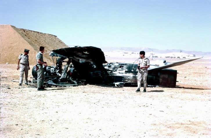Az izraeli légierő tisztjei egy megsemmisült egyiptomi MiG–21-es mellett
