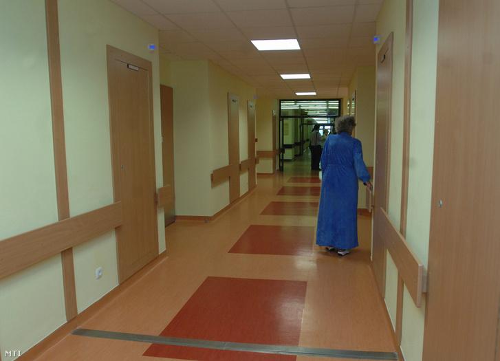 Egy beteg sétál a Nyírő Gyula Kórház felújított belgyógyászati osztályán. A létrehozásakor a hazai pszichiátria egyik fellegvárának számító, de később közkórházként is működő intézmény 2009-ben volt 125 éves.