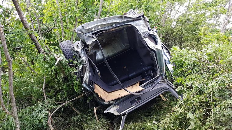 Az autó az ütközés után egy erdős területen landolt