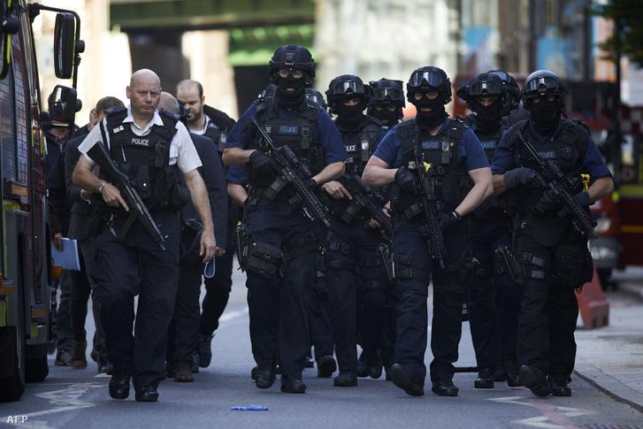 Rendőrök a szombat esti merénylet helyszínén, Londonban