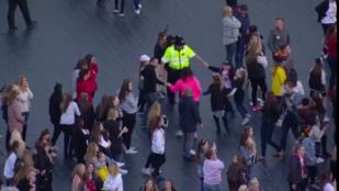 Gyerekekkel táncoló rendőr Ariana Grande manchesteri koncertjének a sztárja
