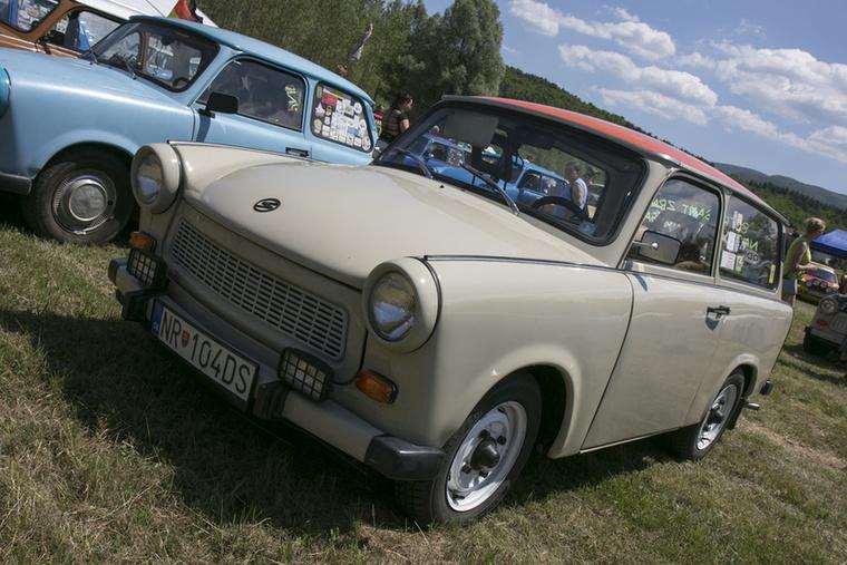 Egy másik szlovákiai autó, narancssárga tetővel
