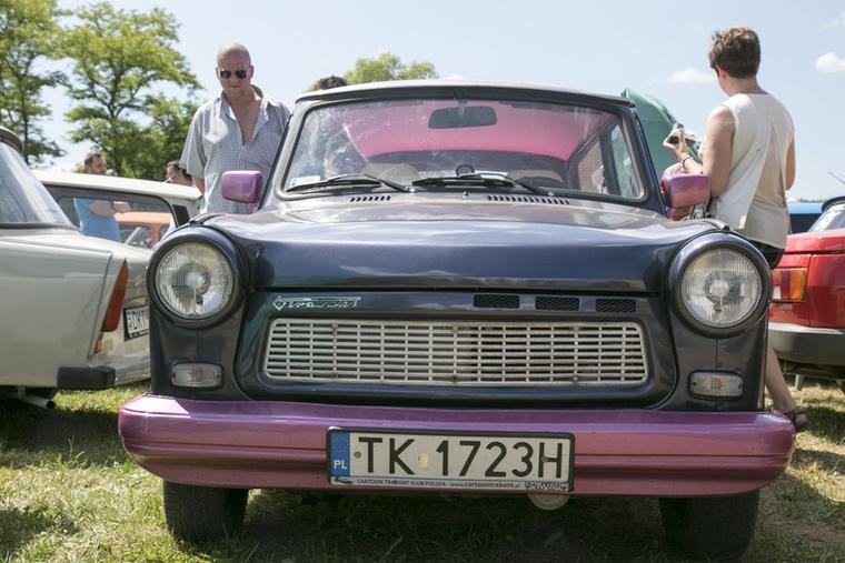 Lengyelországból jött az egyik legfurább színösszeállítású autó