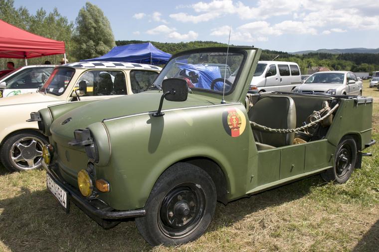 A Nemzeti Néphadsereg (NVA) kérésére 1966-ban érkezett meg a Kübel, amelynek civil változatát Tramp néven forgalmazták