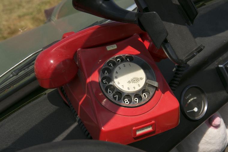A tárcsás bakelit telefonok léteztek piros és fekete színben