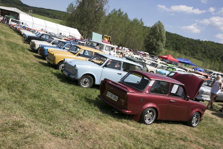 A Borsod megyei Dédestapolcsány vásárterén mintegy száz autó gyűlt össze...