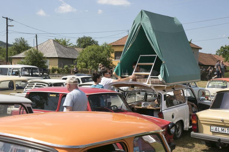 A túraautó fogalma új megvilágításba kerül: sátorozz a tetőn