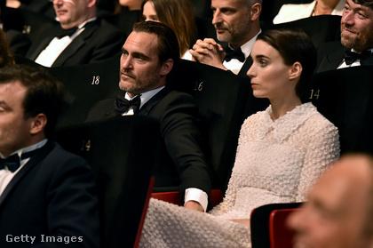 Rooney Mara és Joaquin Phoenix Cannes-ban tette hivatalossá kapcsolatát, ugyanis a két világsztár már egy párként érkezett a filmfesztivál díjátadójára.
