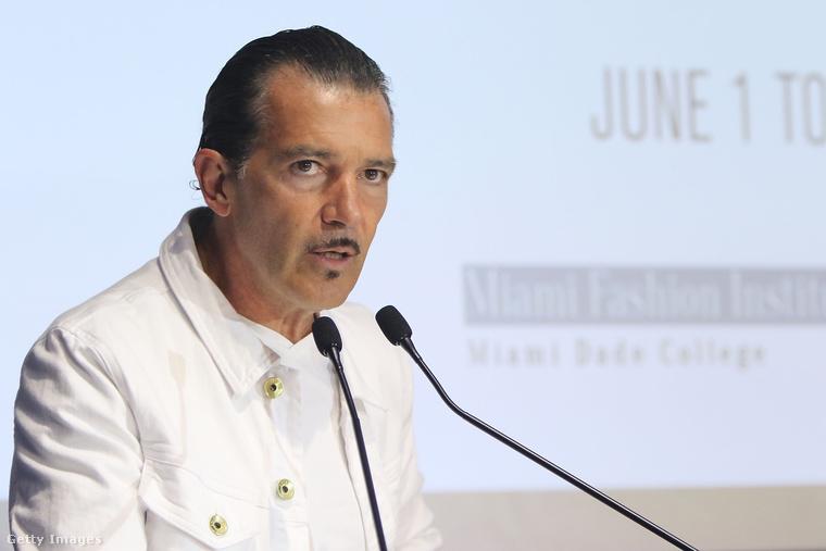 Na és mi történt Antonio Banderas arcszőrzetével? Ezt a bajuszt még mindig nem sikerült megérteni.