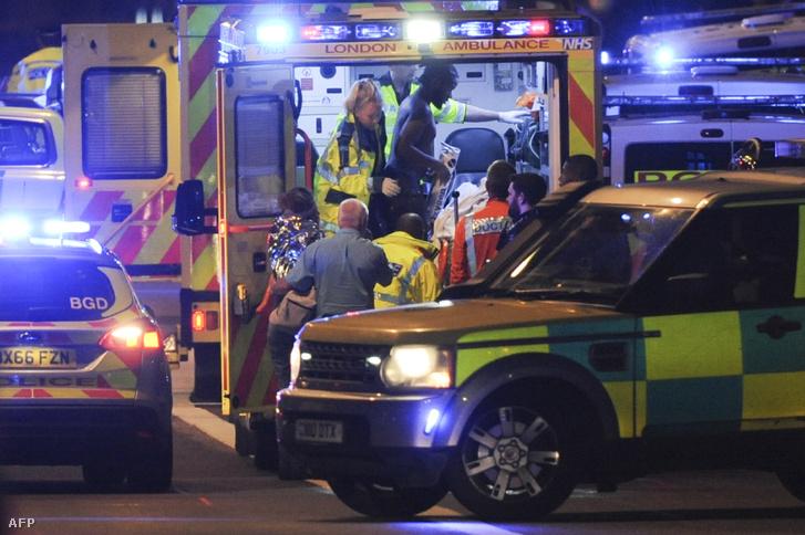 Sebesülteket látnak el a mentősök a helyszínen. A támadásnak hat halottja és 48 sérültje van a vasárnap délelőtti hírek szerint.