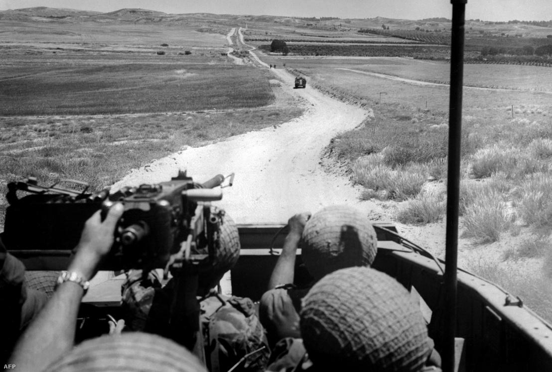 Izraeli harckocsi a Sínai-félszigeten a hatnapos háború alatt.