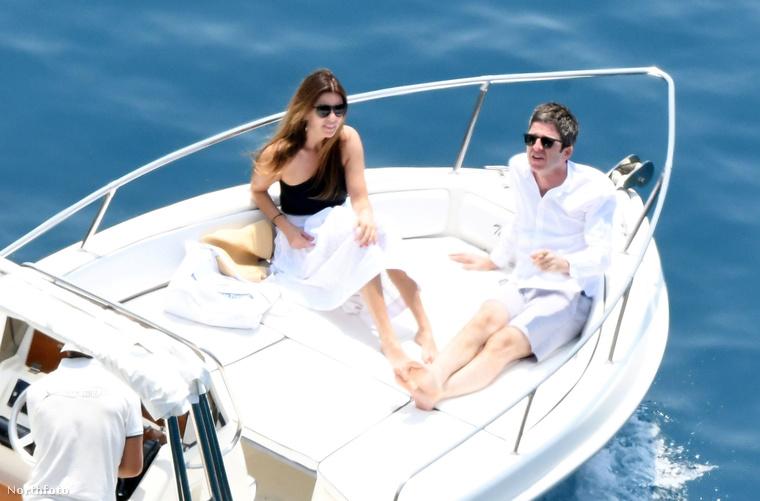 Boldognak és kiegyensúlyozottnak tűnik Noel Gallagher és felesége, Sara MacDonald házassága - ezt a következtetést lehet levonni abból a tucatnyi képből, amit a nyaraló párról készített egy lesifotós