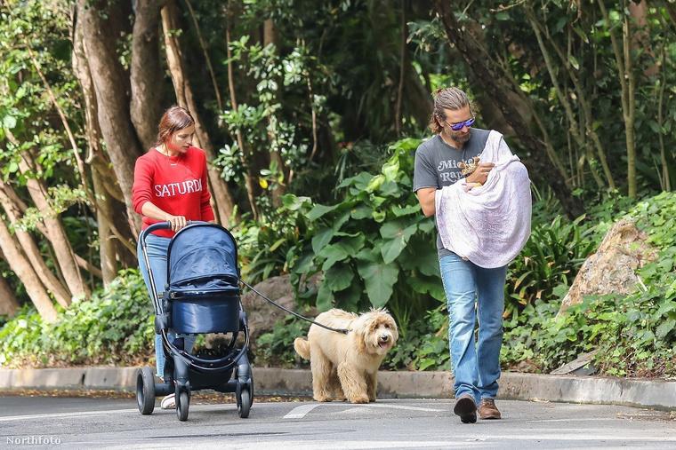 Ilyen egy tökéletes családi idill: Irina Shayk babakocsit tol és közben az irtó aranyos kutyájukat sétáltatja, miközben Bradley Cooper bébiétellel vagy itallal látja el Leát