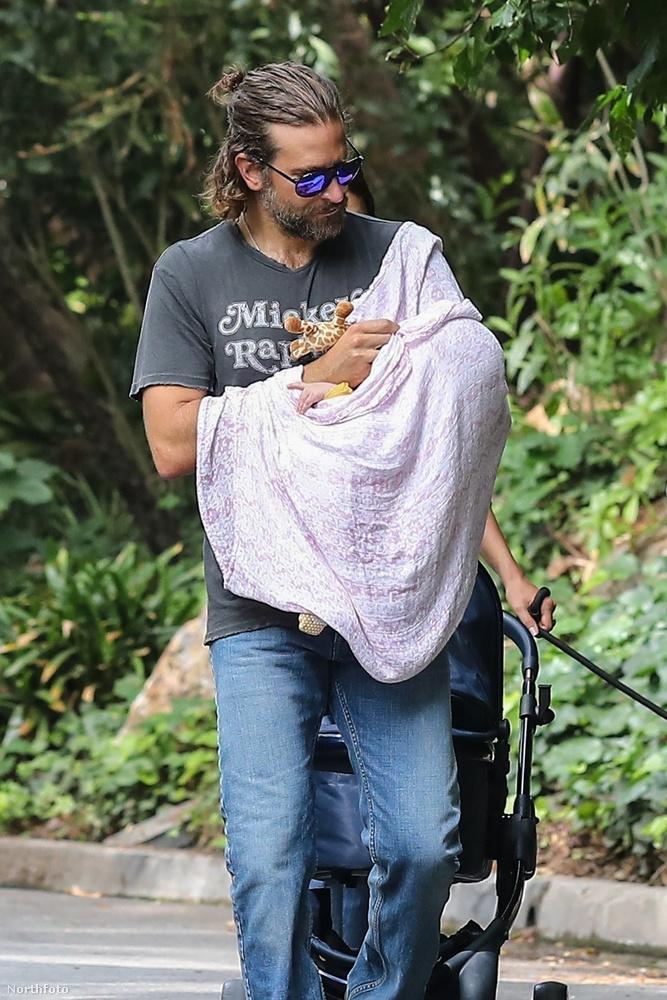 Ezért nem is véletlen, hogy a lesifotósok is csak tisztes távolból tudták megörökíteni a kisbabát, pontosabban a két hónapos gyermekét a kezében tartó édesapát.Bradley Cooper az Amerikai mesterlövész című filmben nézett ki hasonlóan.