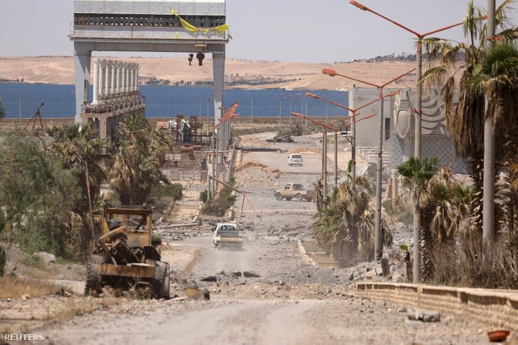 Lebombázott folyóvölgy az Eufrátesz mentén, Rakka mellett.