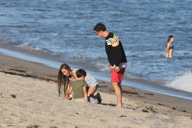 Na de a most látott fotósorozaton nem csak Orlando Bloomot figyelheti ki a malibui strandon, hanem fiát, Flynn Christophert is