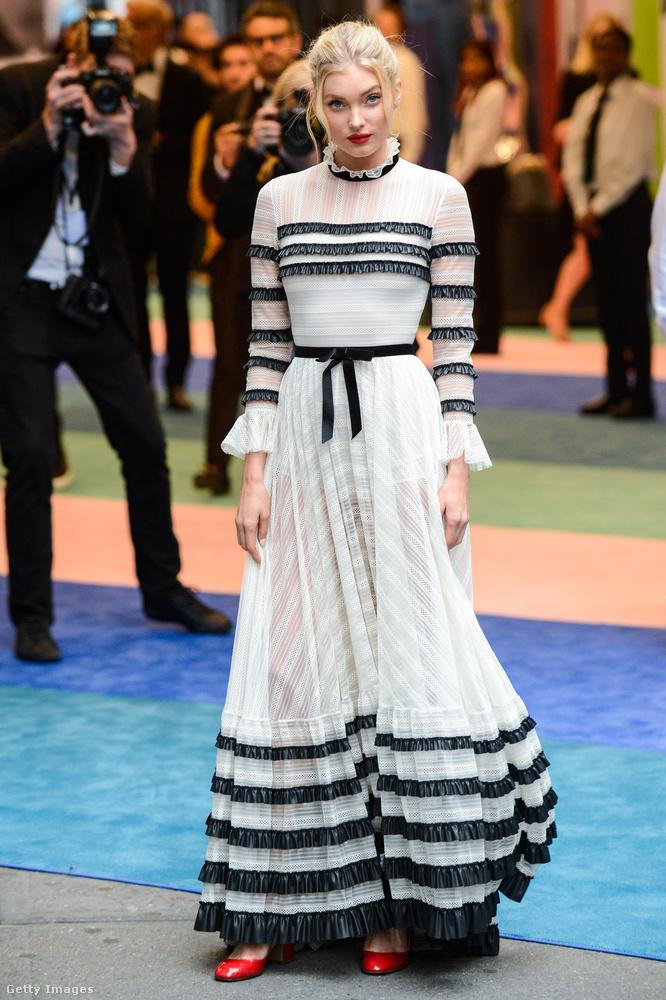 Elsa Hosknak, reméljük, már meggyógyult a lába, ebben a romantikus-lenge-masnis-fodros ruhában már nem kell kínokat kiállnia