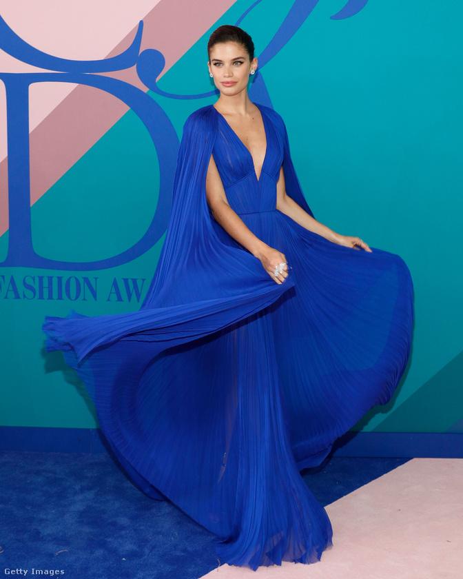 Sara Sampaio egy modell, azért tudja ilyen jól, hogy hogyan kell pózolni egy istennős kék ruhában