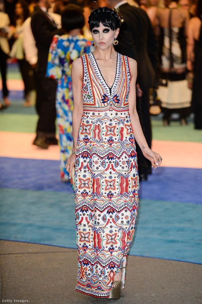 Stacey Bendet egy divatszakember, a ruhája baromi jópofa, bár a szimmetriával játszó mintákat kicsit unjuk, azonban ez a smink mindenhol máshol az est legfélelmetesebb sminkjének számított volna...