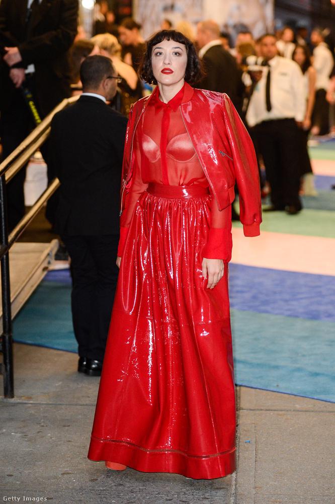 Őt Mia Morettinek hívják, színésznő, és szereti a vöröset