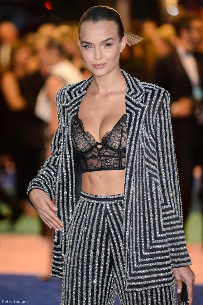 Ő szintén egy modell, Josephine Skrivernek hívják, és nagyon ügyesen öltözött fel, mert ha az ember így kirakja a mellét egy nettó kurvás fekete melltartóban, az azért általában elég ízléstelennek veszi ki magát