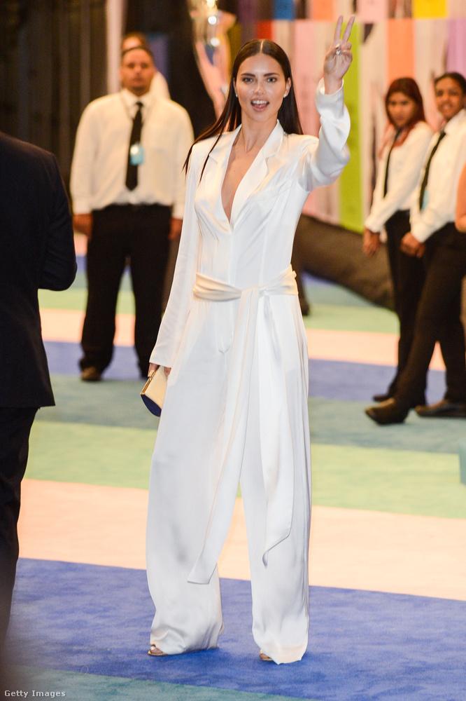 Adriana Lima is fehérben volt, és talán éppen két pálinkát rendel a pultostól, de hogy ezt miért egy ilyen rosszul felvett műtősköpenyben, azt nem tudjuk megfejteni