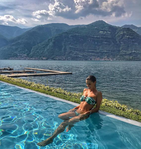 Dukai Regina így napozott a Comói-tó partján.