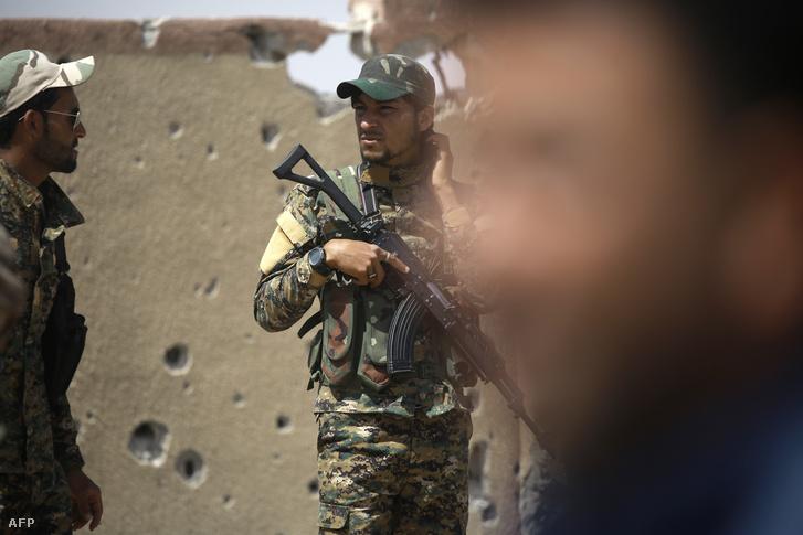 Az arab-kurd Szíriai Demokratikus Erők (SDF) katonái Rakkában június 6-án