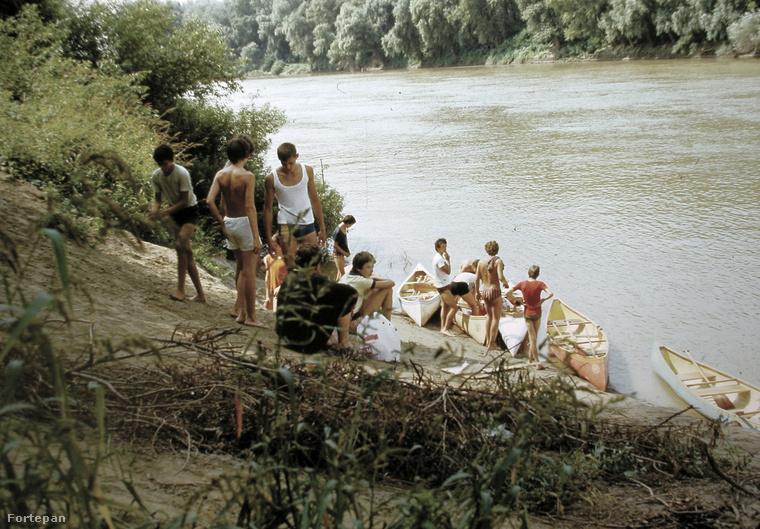 1983 - és egy számunkra ismeretlen vízpart.Ha tippelni kéne akkor az egyik folyónk, egyik holtága, de nem bátorkodunk tippelni.Azonban, ha valaki felismeri, írja meg nekünk, ahogyan a többi ismeretlen helyszínt is