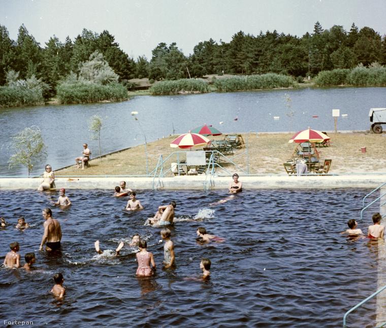 Mint például egy gyopárosfürdői életkép 1966-ból.