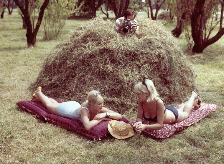 És egy abszolút különlegesség 1969-ből -így festett  a Palma Gumigyár reklámfotója.A Ferencvárosi helytörténeti gyűjtemény jóvoltából láthatjuk mi isA napozó hölgyeket és a lesifotóst a szénaboglyában