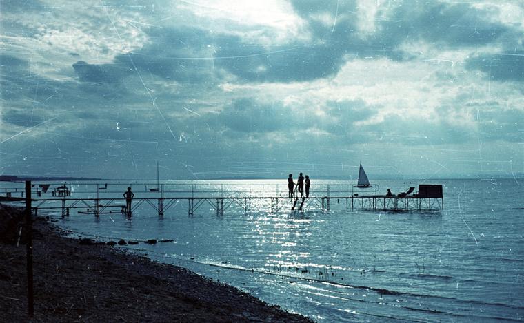 Itt annyit tudunk biztosan, hogy a különleges hangulatú esti fotó a Balatonnál készült és hogy 1958-ban.Van úgy, hogy ennyi információ is elég