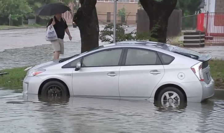 Prius tengelyig vízben