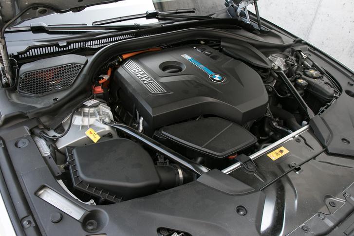 Sornégyes turbós a benzinmotor, önmagában is 184 lóerő, a villanymotor a váltó házában van