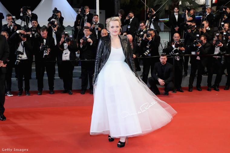 Itt is elég sajátosan jelent meg a színésznő: a fehér egyrészes keringőruhára lazán fekete bőrdzsekit húzott