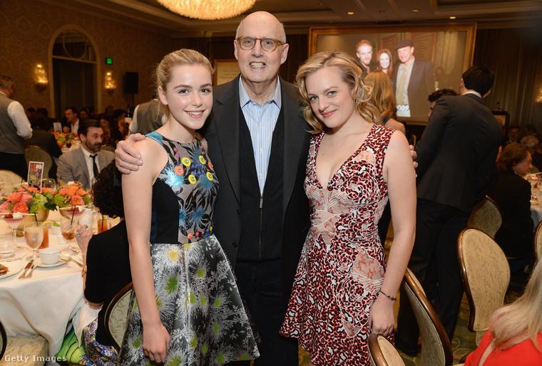 A fiatal színésznő, Kiernan Shipka és a Transparent sorozatból ismert Jeffrey Tambor mellett is kedvesen mutat a színésznő