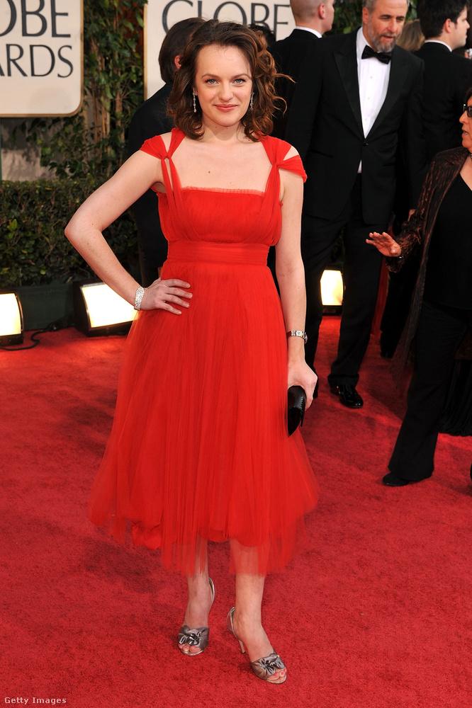 De most tartsunk egy kis szünetet a pályafutásában és nézzük meg, hogy milyen sokszínű tud lenni Elisabeth Moss a vörös szőnyegen! Stílszerűen vörös ruhában is meg tud jelenni például