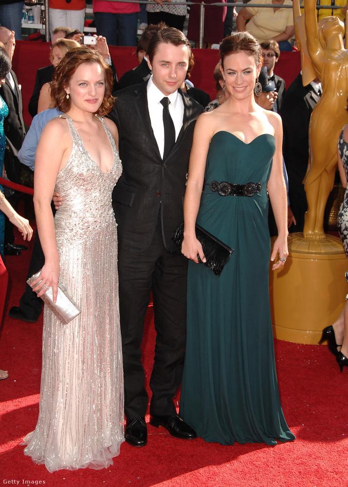 A 2008-as Emmy-gálán pedig továbbfejlesztette a stílusos megjelenést, és egy ezüst színű függönynek öltözött