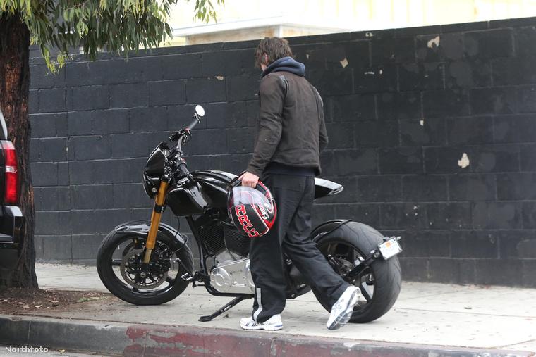 A helyszínről kedvenc motorjával távozott