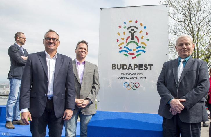 Borkai Zsolt a Magyar Olimpiai Bizottság (MOB) elnöke (b2) Fürjes Balázs az olimpiai pályázat kormányzati felelőse (b3) és Tarlós István főpolgármester (j) a 2024-es olimpiára és paralimpiára kandidáló Budapest pályázati emblémájának ünnepélyes bemutatóján a Gellért-hegyen 2016. április 14-én.