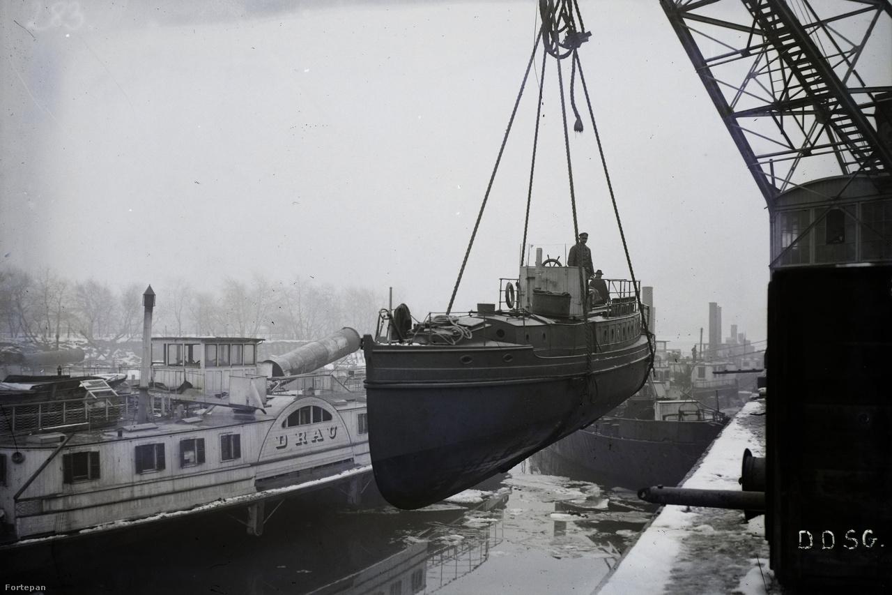 Jégzajlás az Óbudai Hajógyárban. A kisebb méretű elkészült hajókat daruval emelték a Duna vizére.