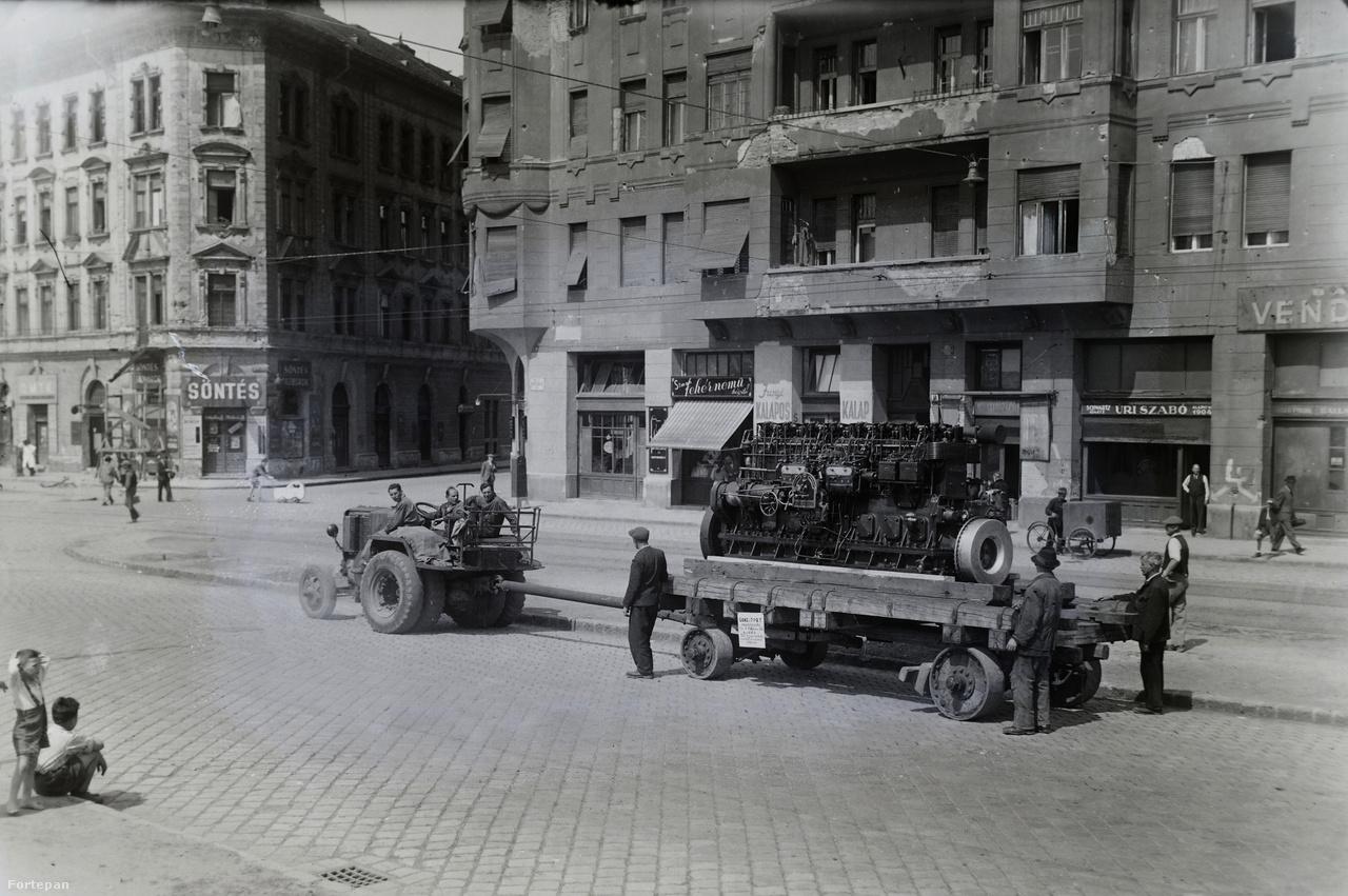 VIII. kerület, Kálvária tér. Traktor vontatja a Ganz gyárban elkészült hajómotort a gránitköves Baross utcán.