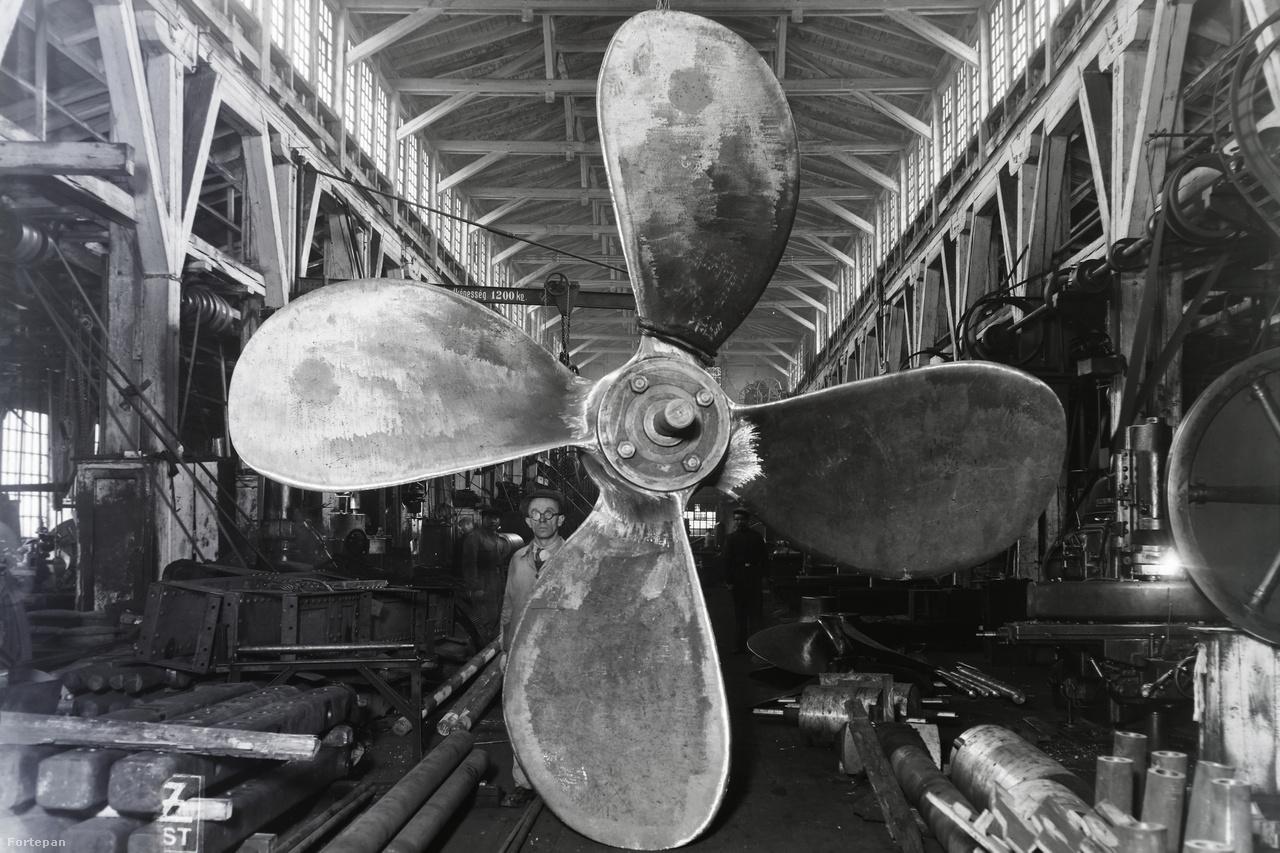 Ember és hajócsavar a Ganz hajógyár népszigeti csarnokában. A kép a huszas-harmincas években készülhetett.