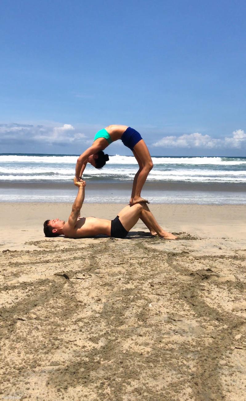 A jógaoktató Facebbok-oldalára kattintva még több képet nézhet meg