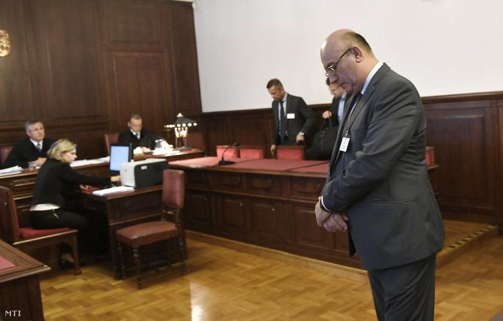 Császy Zsolt a Magyar Nemzeti Vagyonkezelő (MNV) Zrt. volt értékesítési igazgatója a 2008-as sukorói telekcsere ügyében indult büntetőper tárgyalásán a Kúrián 2017. június 8-án.